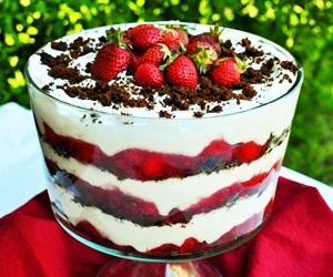Hidangan Pencuci Mulut Strawberi Trifle