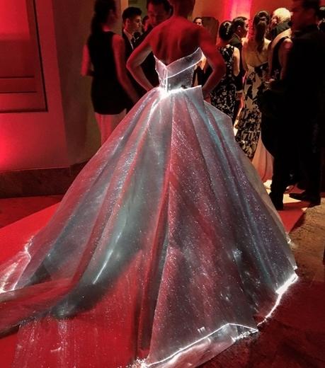 Claire Danes Tampil Bak Cinderella Dengan 'Light-Up Dress' Di MET Gala 2016!