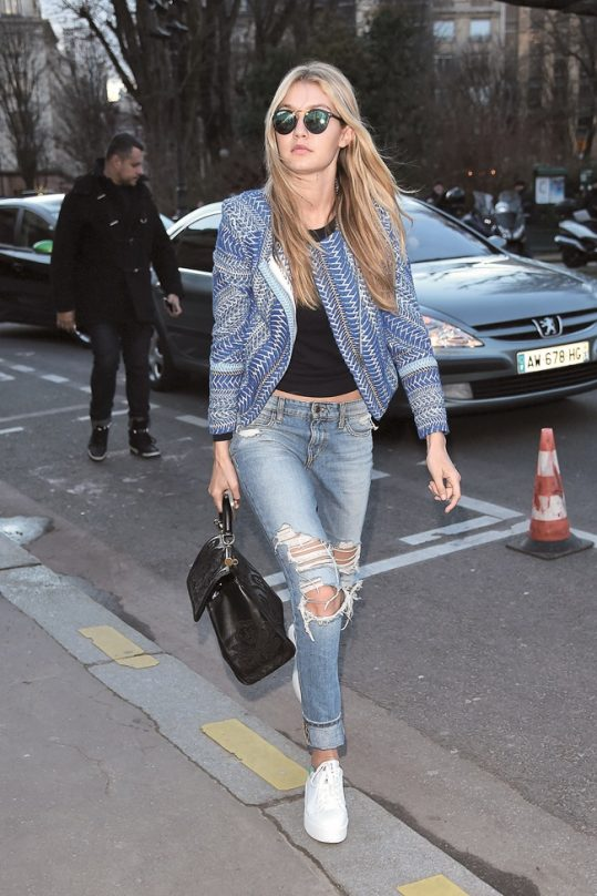 casual-cool-girl-look-Gigi-Hadid-paired-her-ripped-light-was
