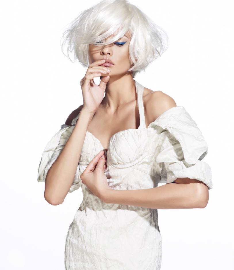 Transformasi Azura menjadi muse Prada hanya dengan rambut palsu putih dan palitan celak mata.