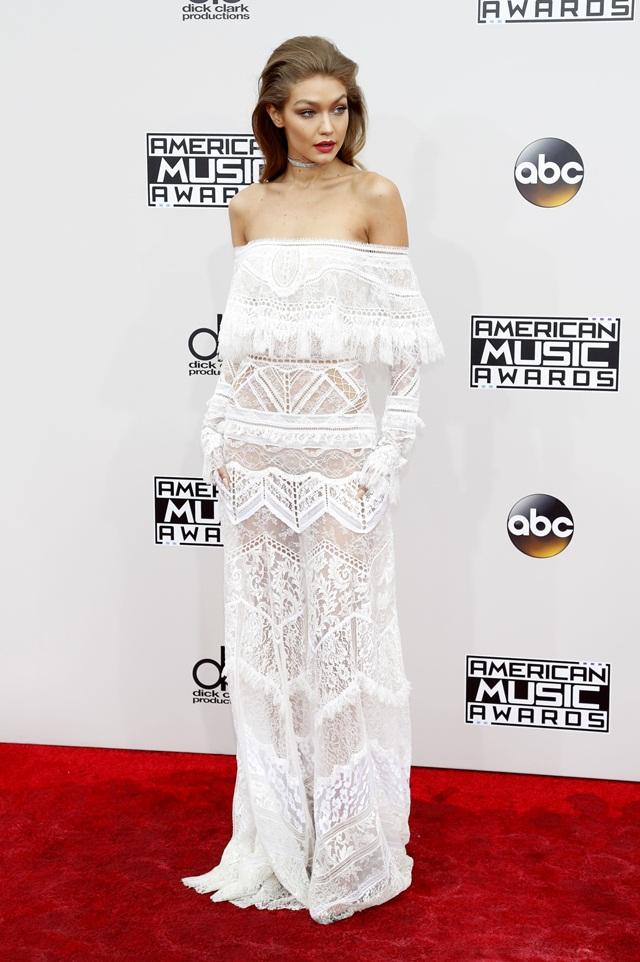 Gaya Gigi Hadid untuk karpet merah adalah gaun lace off-shoulder oleh Roberto Cavalli.
