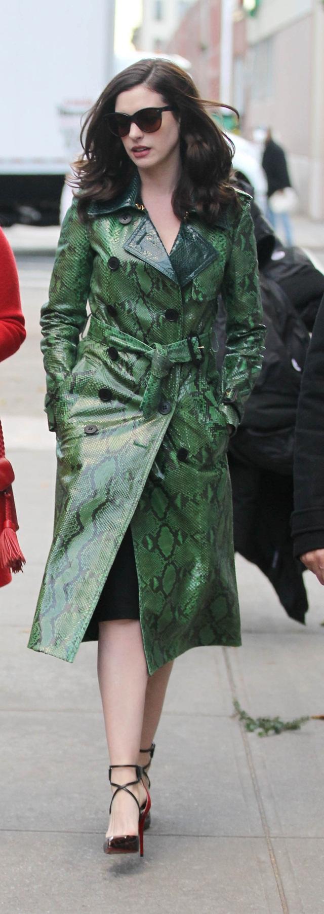 Anne Hathaway paling menarik perhatian dengan kot hijau kulit ularnya.