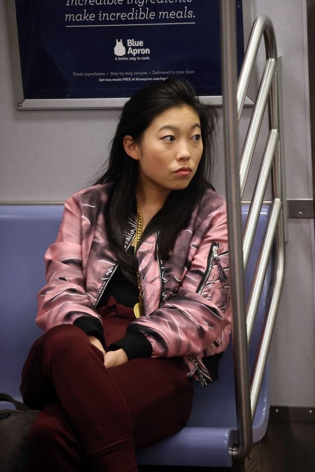 Awkwafina dengan jaket bombernya kelihatan sangat cool. Sumber: Getty.