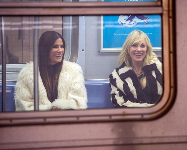 Sandra Bullock dan Kate Blanchett kelihatan sangat chic dengan kot mereka did dalam kereta api bawah tanah.