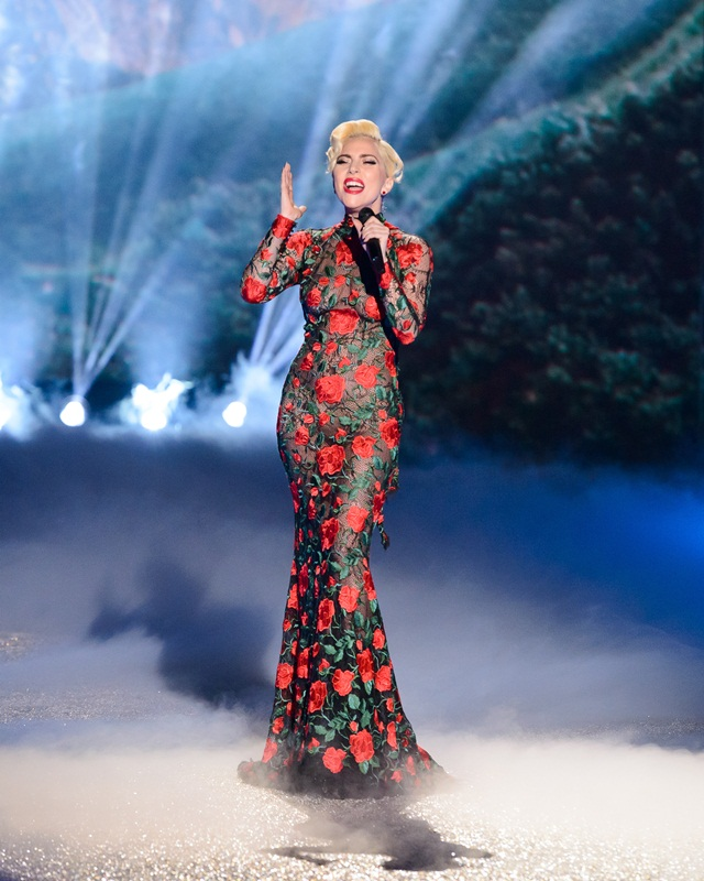 Lady Gaga membuat persembahan di VS Fashion Show 2016.
