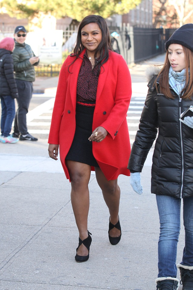 Mindy Kaling kelihatan ayu dengan kot panjang merahnya yang menyerlahkan lagi rupanya.
