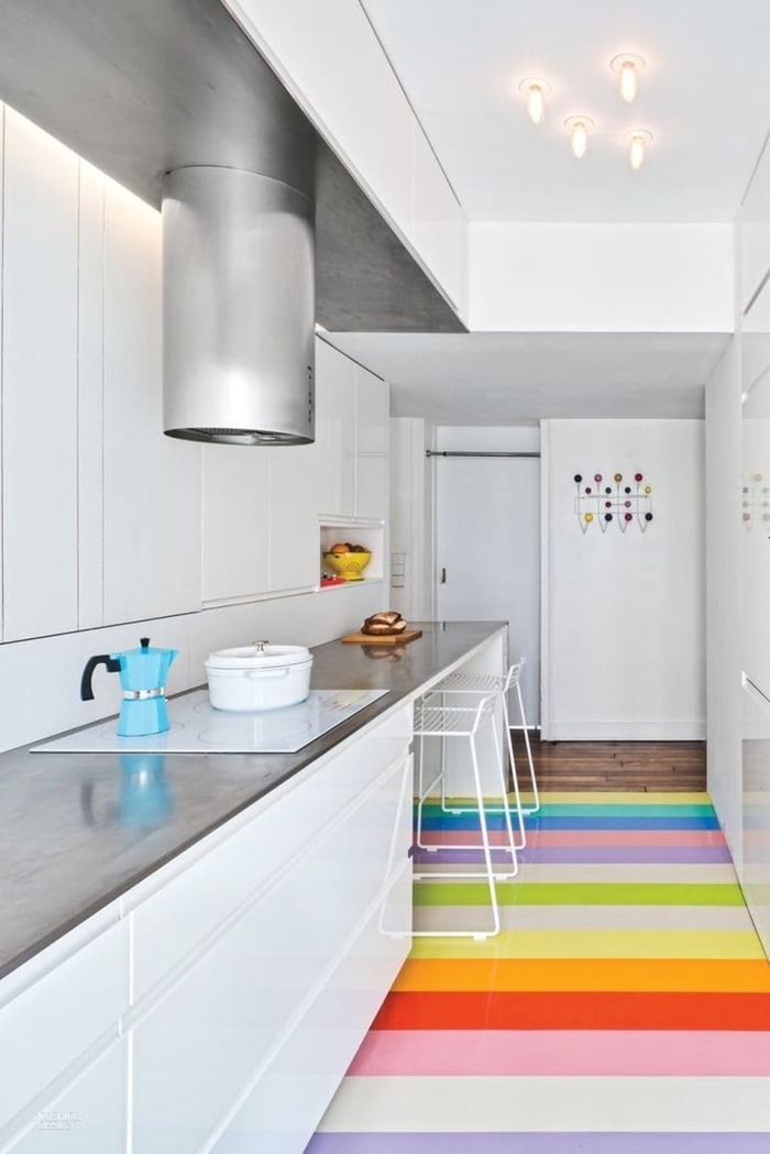 Dapur Dibina Moden Dan Sleek Dengan Binaan Kabinet Bersimetri Lurus Tanpa Pemegang Kemasan Jubin Lantai Multirona Pelangi Bertindak Sebagai Pemecah