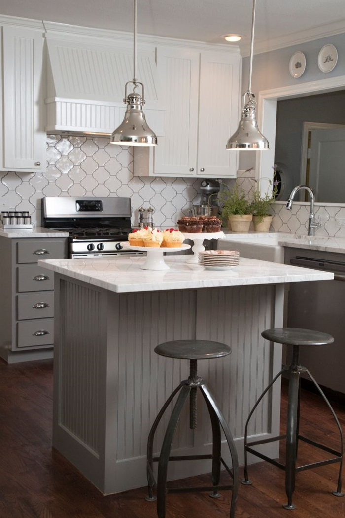Dapur Berkonsepkan Moden Kontemporari Ini Memperlihatkan Reka Bentuk Jubin Menarik Dan Pemilihan Warna Kabinet Serba Kelabu Cerah