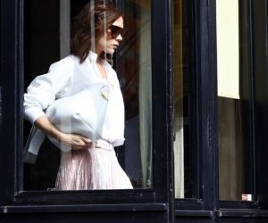 Victoria Beckham Dianugerahkan OBE Untuk Khidmatnya Dalam Dunia Fesyen Di Istana Buckingham