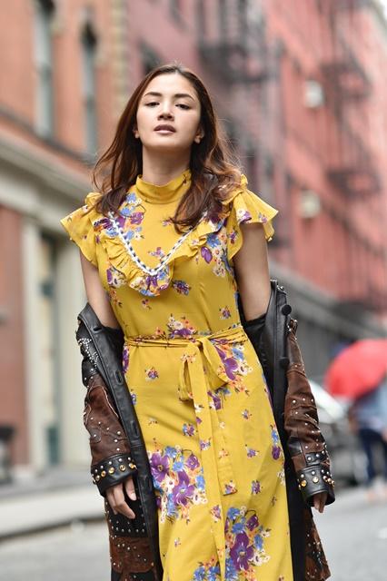 Prairie dress dengan cetakan bunga daisi dipadu bersama jaket kulit berperincian pepaku tebuk.