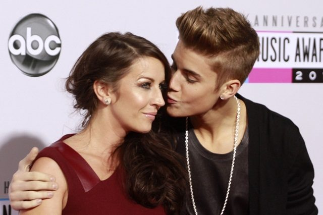Ibu Justin Bieber Membidas Kenyataan Keluarga Selena Gomez