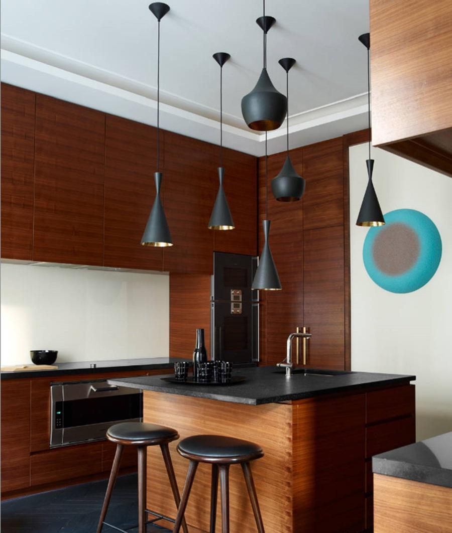 Ruang Dapur Di Satu Apartmen Paris Memaparkan A Serba Mewah Gantungan Lampu Loket Rekaan Tom Dixon Buat Menerangi Reka Bentuk Kabinet Beru Yang