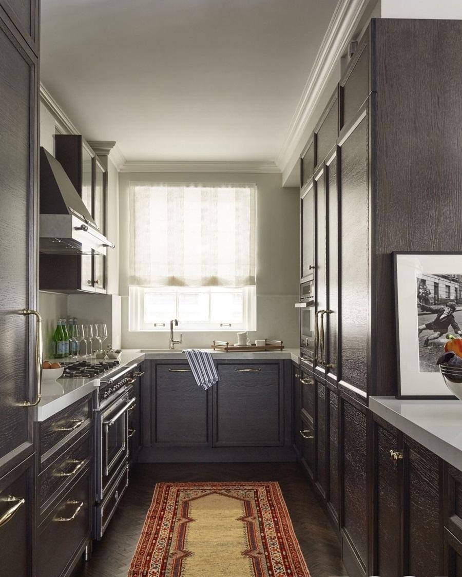 Apartmen Klasik Di Kota New York Milik Emmy Rosum Memperlihatkan Reka Pelan Dapur Memanjang Dan Hud Oleh Bertazzoni Binaan Kabinet Serba Hitam