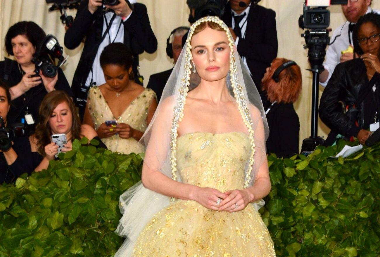5 Selebriti Yang Menyarung Gaun Perkahwinan Sendiri Ke Acara Hiburan